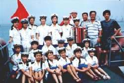 照片:去年夏令营参观海军舰艇活动,右二为负责人岑世环
